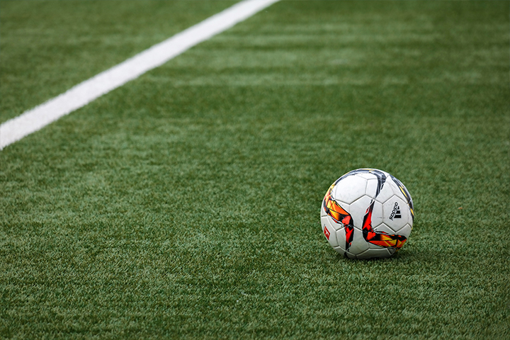 campo sintetico con pallone